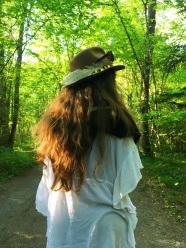 春天綠色樹林美女背影圖片