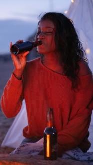喝酒的外國女人圖片