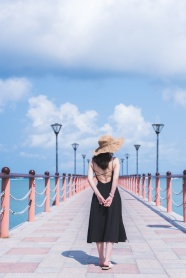 海邊碼頭性感美女背影圖片