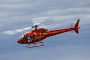 飛行的紅色遙控直升機模型機圖片